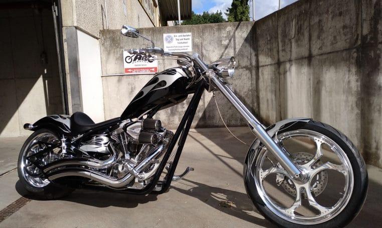 Big Dog K9 Silber-schwarz Flammen 300 Hr Chrompaket