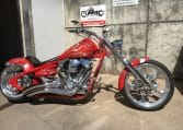 Feuerrote Big Dog Pitbull Motorcycles 300 HR und RSD