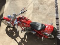 Feuerrote Big Dog Pitbull Motorcycles 300 HR und RSD